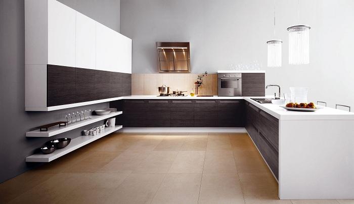 Светлая кухня с деревянными фрагментами добавляет особого контраста в интерьере.