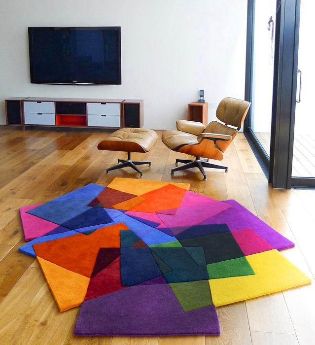 Красивый и пестрый ковер из квадратов, отличный вариант дополнения интерьера комнаты.