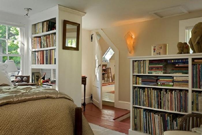 Удобная комната оборудована специально для чтения книг.