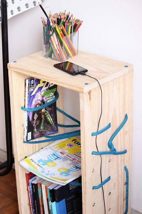 Отличный столик с веревочными полками украсит интерьер комнаты и сделает комнату уютнее.