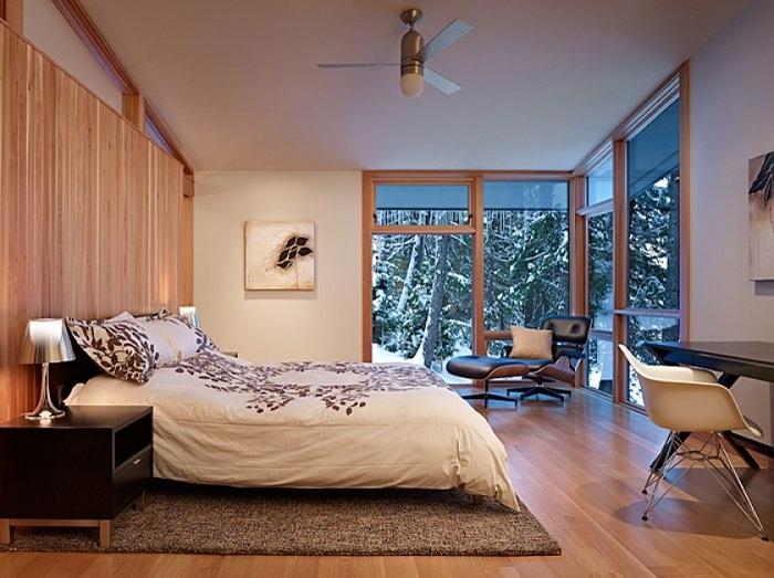 Снежная погода за окном, а спальня наполнена уютом и теплыми воспоминаниями.