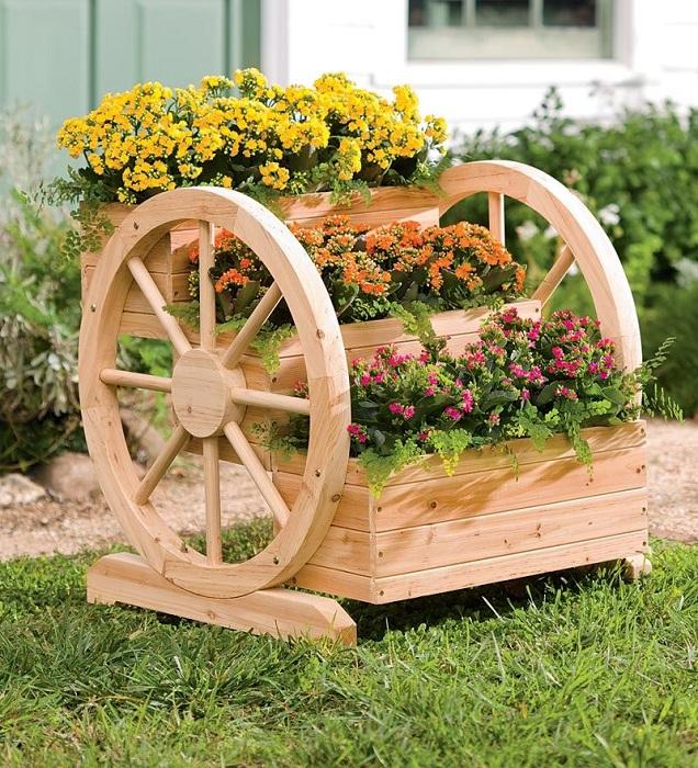 Идеальные горшочки на удобной поставке - хорошо впишутся в любой декор сада и огорода.