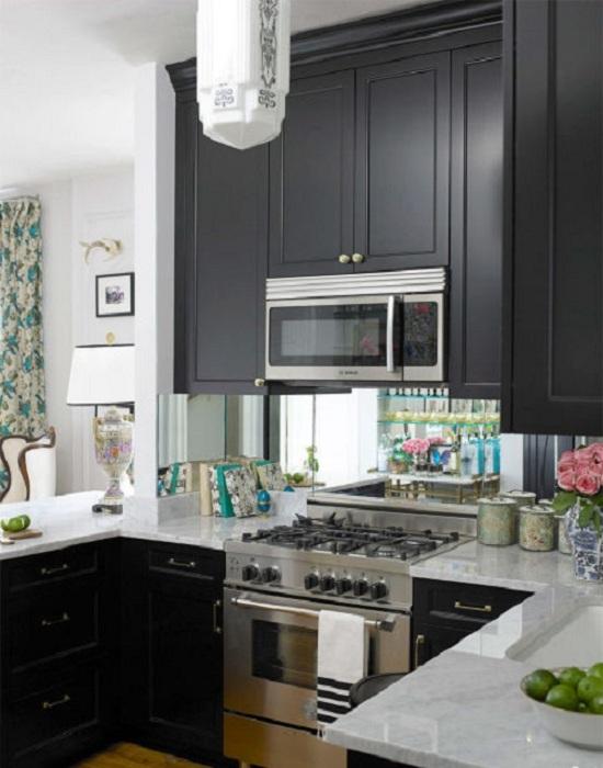 Оформление кухни в классических тонах, то что порадует глаз и создаст отличную обстановку на кухне со скрытыми пространствами.