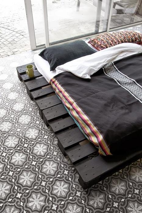 Темные контрастные оттенки в оформлении легкой воздушной атмосферы в спальне.
