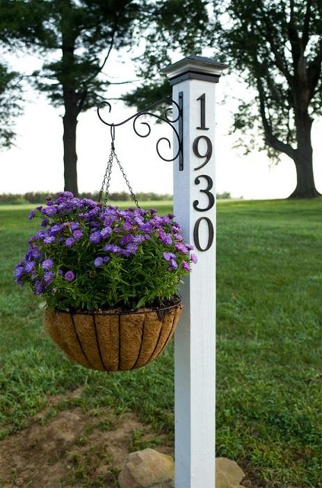 Прекрасный способ приветствия гостей - размещение такой таблички около забора у дома.