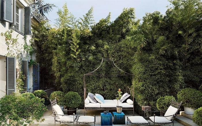 Интересная белая беседка и кресла белого цвета освежают атмосферу на природе и дарят чувство легкости.