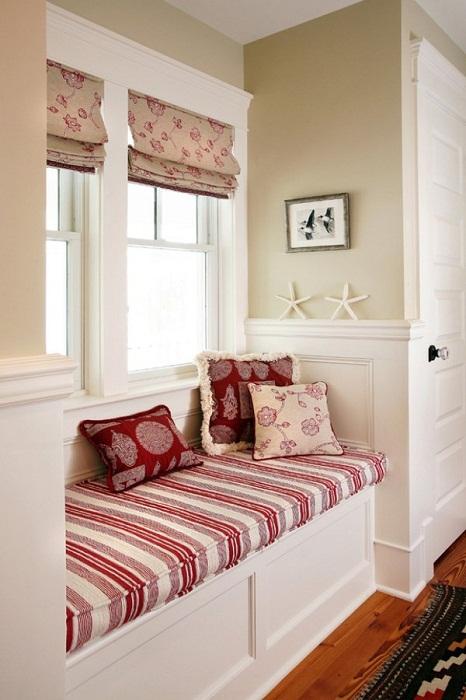 Очень практичное оформление интерьера при помощи интересных бело-красных тонов.