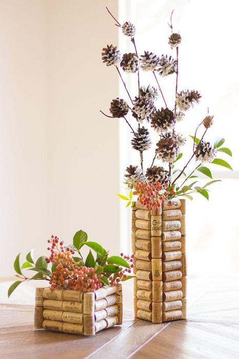 Обычная ваза выполнена из винных пробок - отличное решение для украшения комнат.