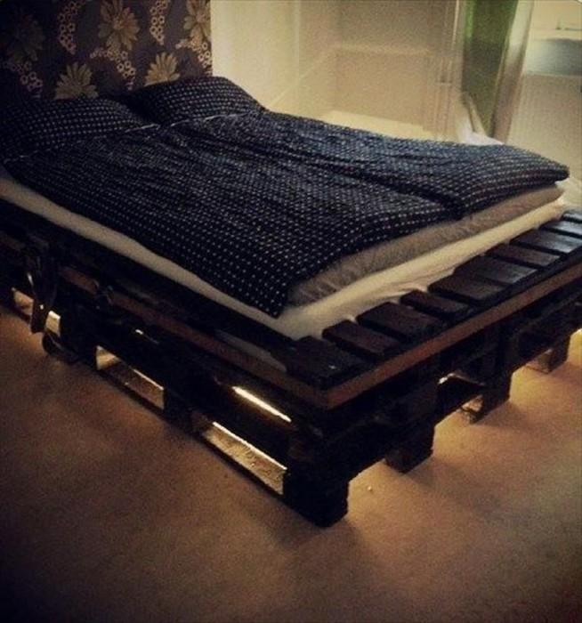 Крутой пример декорирования спальной благодаря кровати выполненной из паллет.