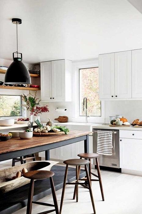 Комфортная обстановка на кухне создана благодаря множеству интересных деталей в интерьере.