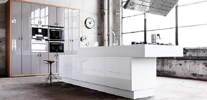 Оригинальное решение для декорирования кухни в светлых тонах, что выглядит очень эффектно.