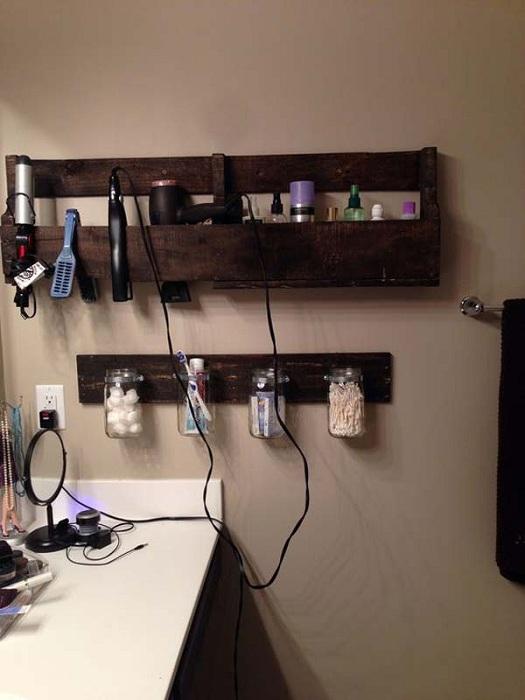 Интересное оформление ванной комнаты при помощи банок и паллет.
