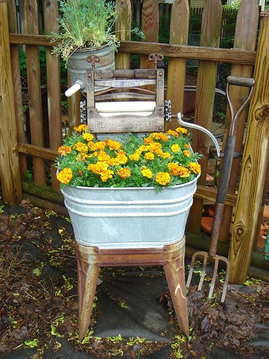 Необычная клумба на стуле, отлично украсит любой сад.