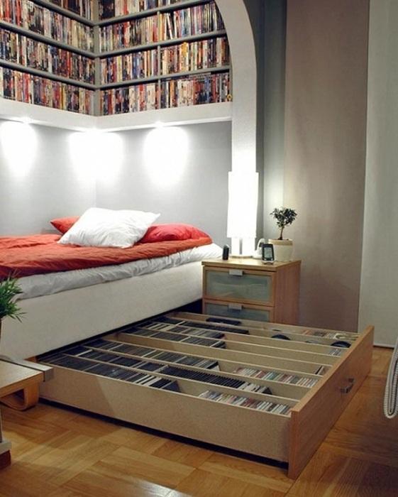 Удачный вариант оформления книжного шкафа просто под кроватью.