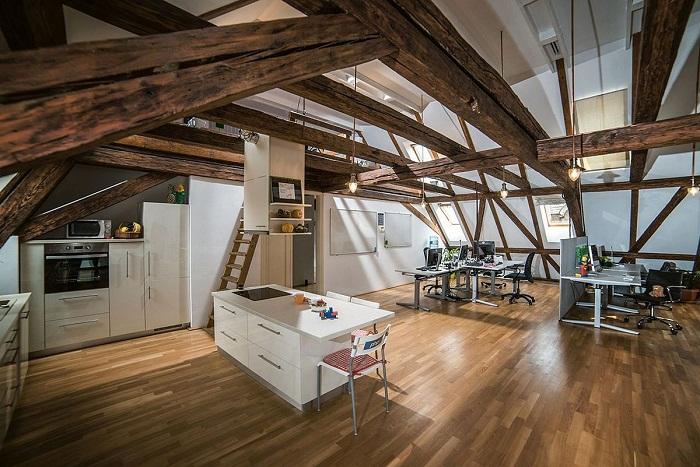 Крутой интерьер современной кухни, что разместилась под чердаком.