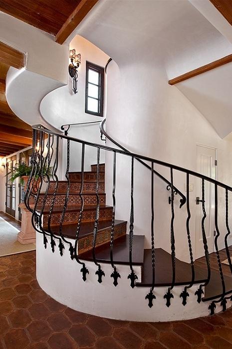 Интересная обстановка в доме в прекрасных тонах с симпатичной деревянной лестницей.