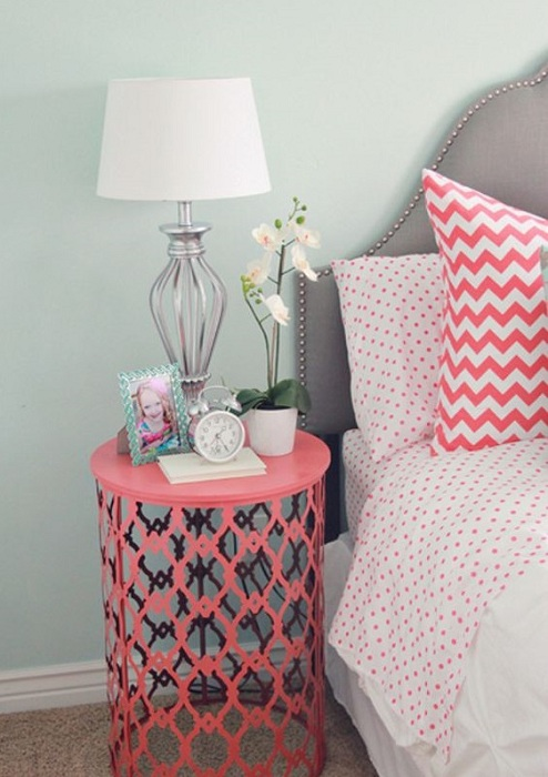 Прекрасный дизайн дизайн ажурного столика в алом цвете привнесет яркого настроения в быт.