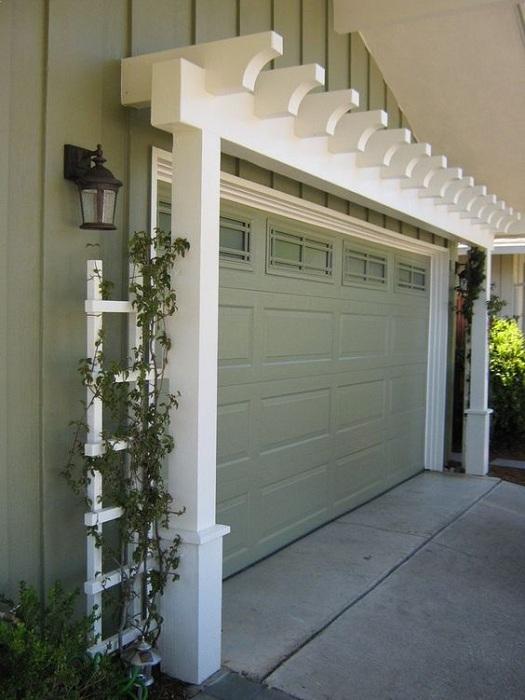 Фронтальная дверь гаража создает свое впечатление про пространство во дворе.