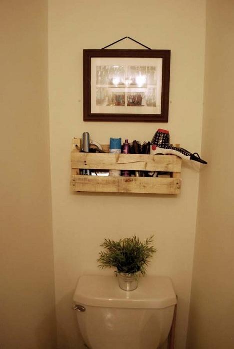 Небольшой деревянный поддон трансформирован для хранения нужных мелких вещиц для ванной комнаты.