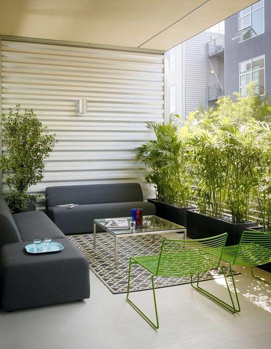 Обустроить быстро и оригинально интерьер балкона возможно с помощью создания уютной обстановки.
