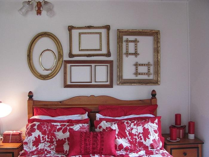 Спальня в которой акценты расставлены в пользу контрастного постельного и интересных рамок на стене - отличное сочетание.
