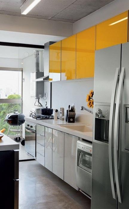 Интерьер мини-кухни в белых тонах с примесью желтого, что точно освежит любой интерьер.