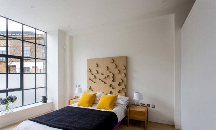 Оформление спальни с большим окном открывает новые горизонты в создании интерьера при помощи промышленного дизайна.