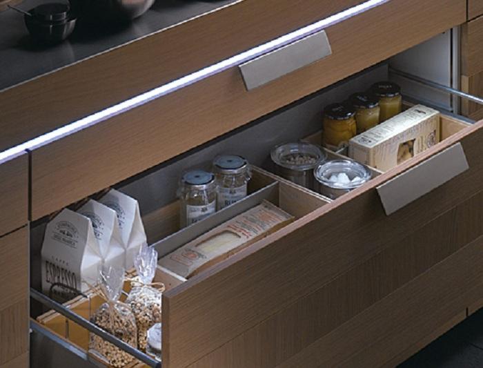 Симпатичное и удачное оформление ящика для хранения сыпучих продуктов, что оптимизирует кухонное пространства.
