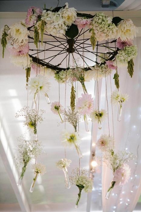 Замечательное украшение для свадьбы сделано из колеса и цветов, просто и прекрасно.