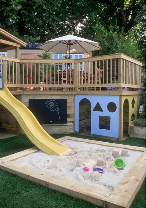 Необыкновенное преображение веранды при помощи дополнительной площадки для игр малышей.