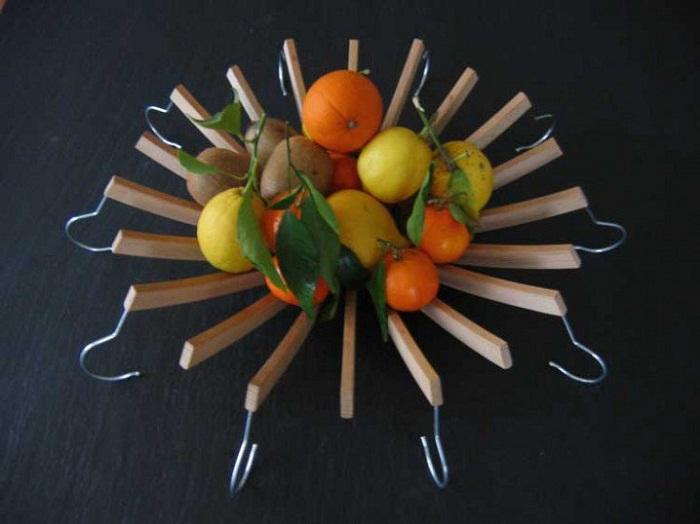 Успешное размещение фруктов в такой интересной и нестандартной вазе.