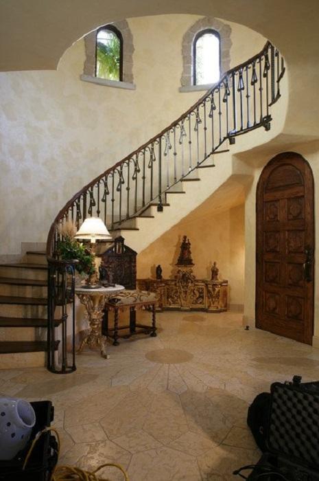 Прекрасная лестница в доме, на первый взгляд как лестница в замке очень эстетично и гармонично вписывается в интерьер.