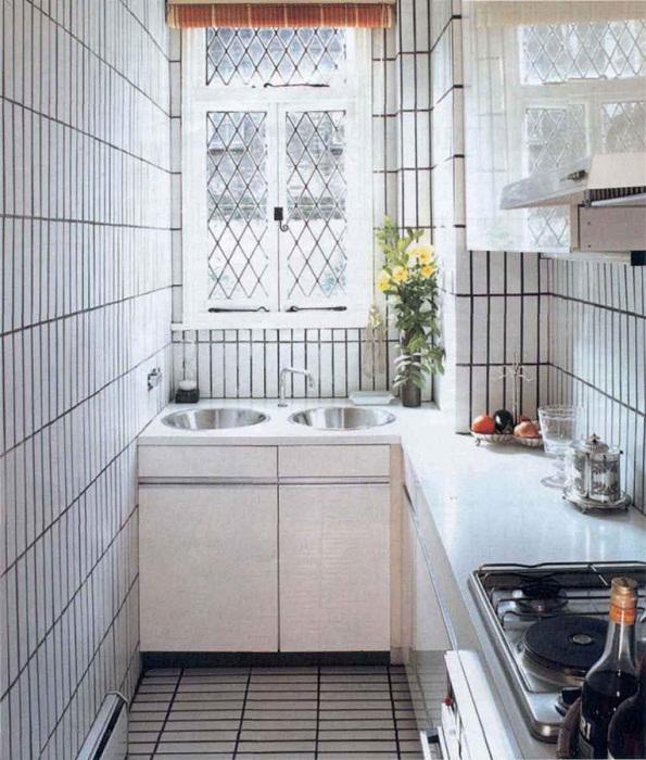 Очень крутое решение создать и оптимизировать кухонное пространство в нежных тонах.