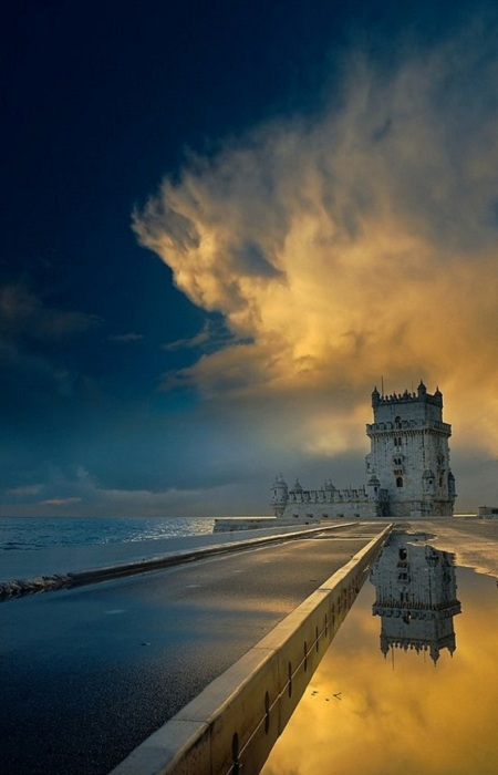 Беленская башня - укреплённый форт на острове в реке Тежу в одноимённом районе Лиссабона. Построена в 1515—1521 годах в честь открытия Васко да Гама морского пути в Индию и служила поочерёдно небольшой оборонительной крепостью, пороховым складом,тюрьмой и таможней.