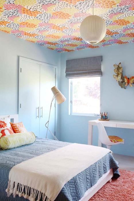 Особенное настроение этой комнаты передают голубые тона, которые делают спальню в стиле Mid-centry modern более нежной.