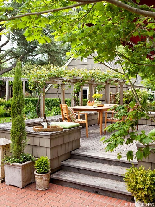 Открытый обеденный стол размещен просто на улице - отличное дополнение к декору.