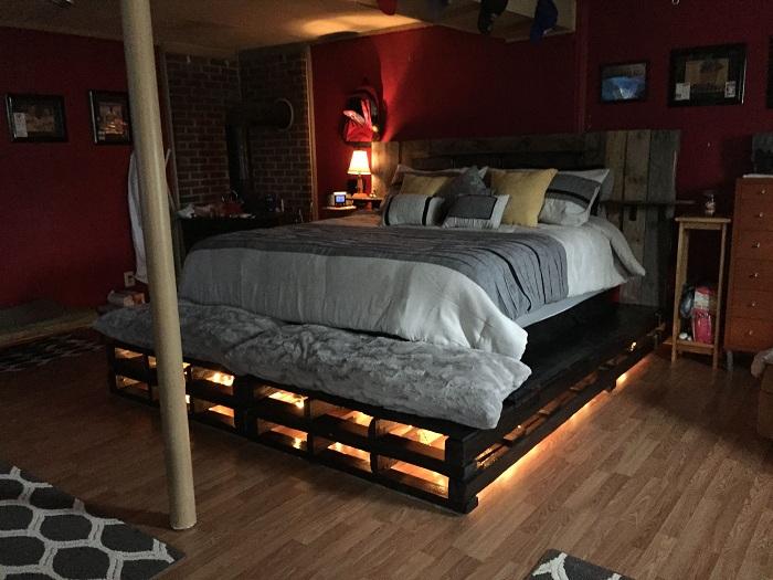 Преображение интерьера спальной за счет создания оригинальной кровати из паллет.