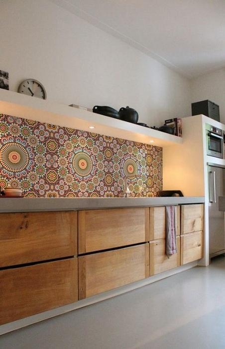 Прекрасный дизайн интерьера кухни с деревянными фрагментами, которые по своему украсят атмосферу.