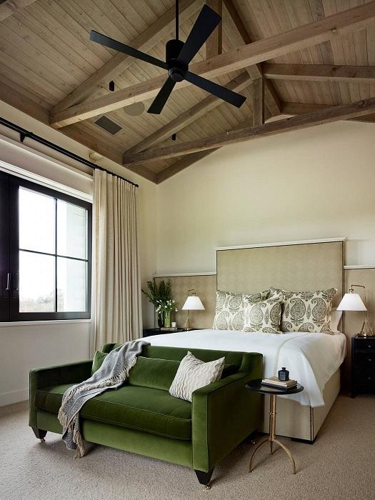 Дизайн комнаты отдыха дополнен зеленым диваном, который просто идеально списался в интерьер.