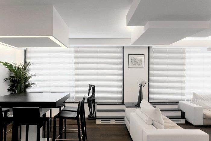 Светлая атмосфера в комнате с интересной темной мебелью, что может быть еще изысканней.