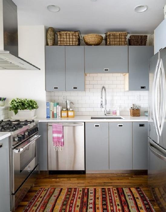 Прекрасное дизайнерское решение декорировать мини-кухню в светло-серых тонах.
