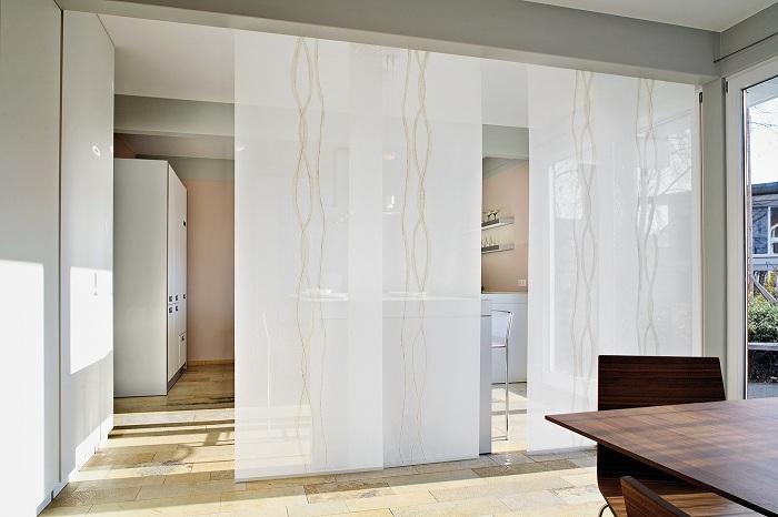 Удачное решение создать крутой вариант стеклянных перегородок, что однозначно понравятся.