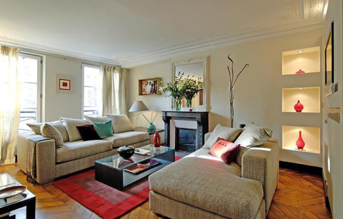 Встроенные полки позволят сэкономить полезное пространство в маленькой гостиной.