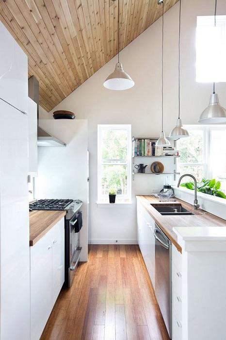 Украсить интерьер на мини-кухне возможно при помощи мансардной крыши, что может быть еще лучше.