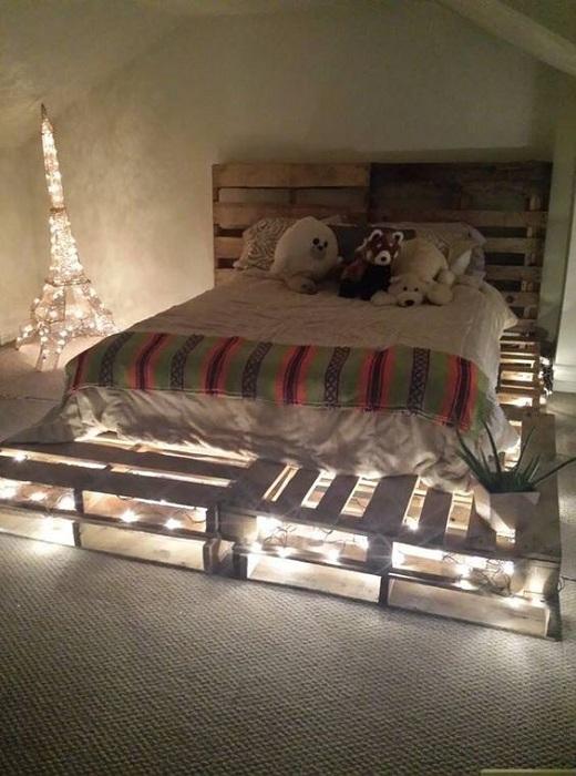 Отличный вариант оформления интерьера спальной с нестандартной кроватью украшеной подсветкой.