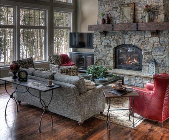 Прекрасная гостиная с встроенным камином в серо-красных тонах.
