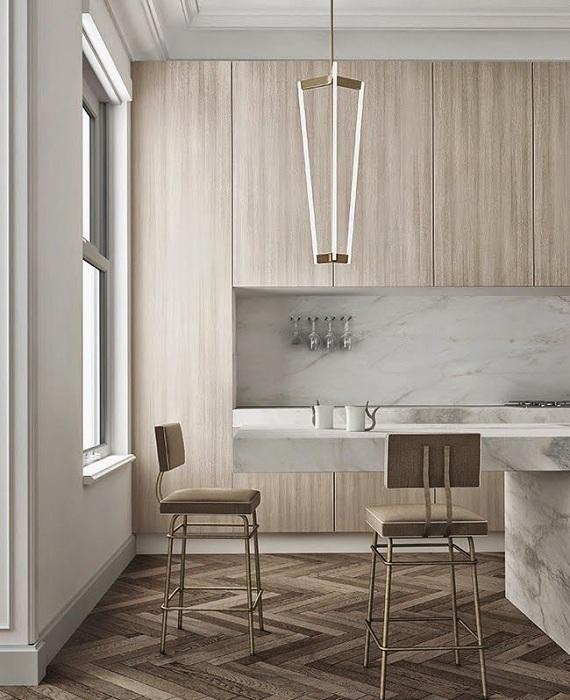 Кухня выполнена в сливочным тонах с мраморными холодными элементами - борьба контрастов.