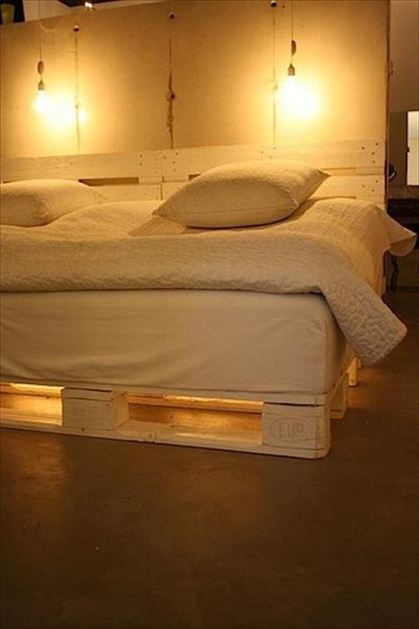Отличный пример декора спальной в светлых тонах с необыкновенной кроватью с подсветкой.