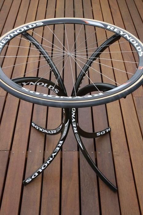 Креативное решение - журнальный столик из велосипедных колес.