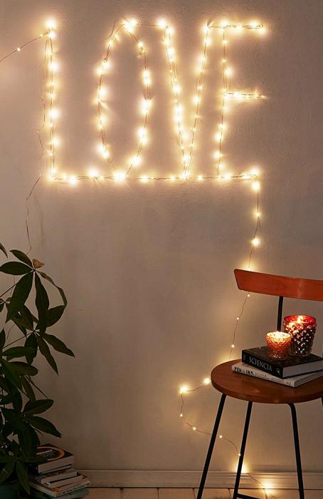 Симпатичный вариант оформить комнату светящимися надписями.